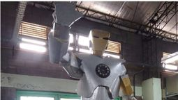"""Iron Man de Ituzaingó"", piden donaciones para terminar una impactante escultura de 7 metros"