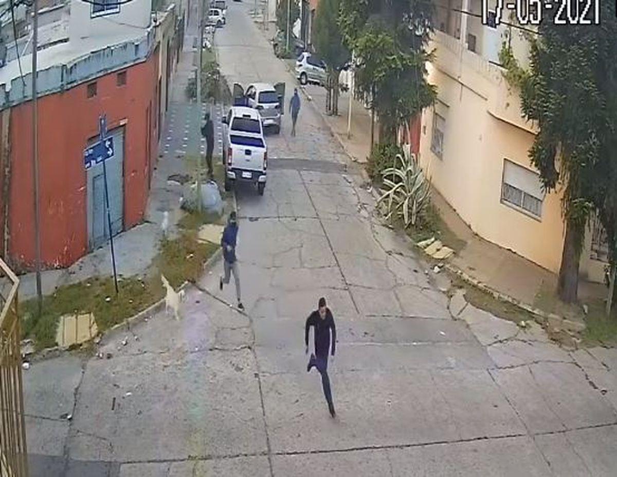 Violento intento de robo en San Justo: tres delincuentes le cruzaron el auto y le dispararon a plena luz del día (VIDEO)