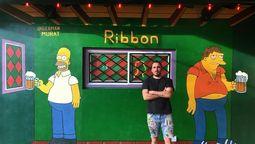 altText(Es de Merlo, pintó en París, en el bar de los Simpsons, la república de Ituzaingó y ahora hará los botines de Maradona)}