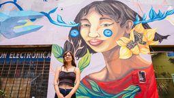 altText(Macarena Mali: la vecina de Ramos Mejía que le da color y alegría a las paredes del Oeste con sus murales)}