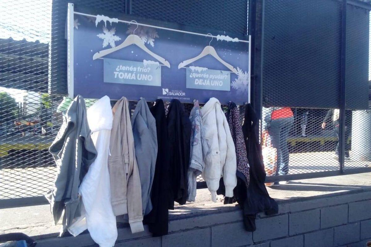 """Conocé la historia detrás del """"perchero solidario"""" de Morón: una iniciativa que busca juntar ropa para las personas que más lo necesiten"""