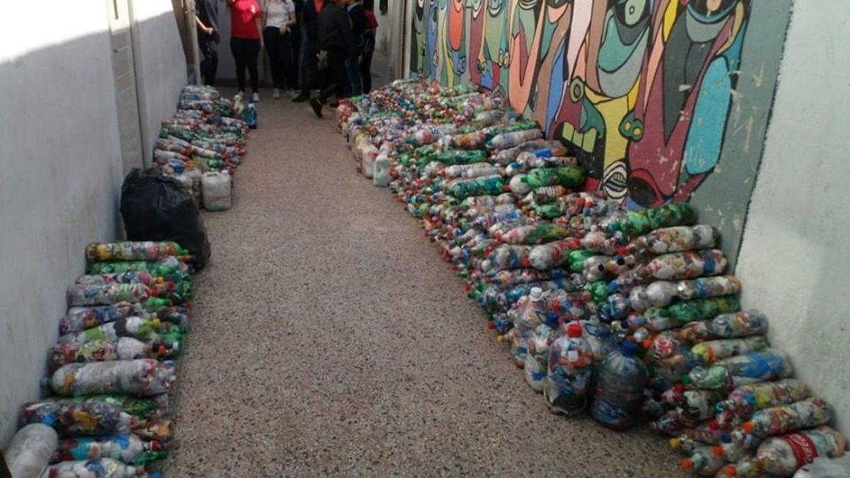 Moreno: Recolectan botellas para hacer sillas, mesas, juegos, casas y más
