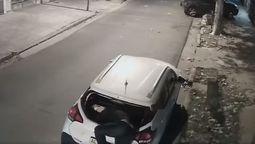 altText(Continúa la ola de robos en Ramos Mejía: un delincuente aprovechó la oscuridad de la noche para robar elementos de un auto)}