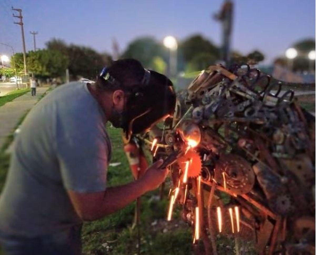 Conocé al vecino de La Matanza que transforma hierros viejos en esculturas gigantes para la Plaza Etcheverry de Ramos Mejía