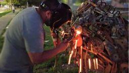 altText(Conocé al vecino de La Matanza que transforma hierros viejos en esculturas gigantes para la Plaza Etcheverry de Ramos Mejía)}