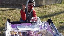 altText(Una vecina de Ituzaingo se volvió viral vendiendo churros y donas bajo la lluvia para pagar sus estudios  )}
